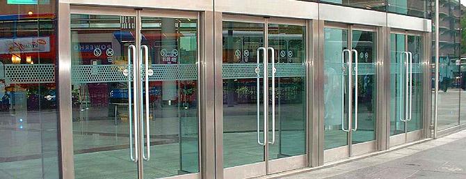 уличные двери для магазинов со стеклом входные